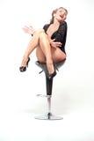 Jeune femme sexy posant dans les sous-vêtements noirs photographie stock libre de droits