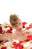Jeune femme sexy submergée dans des billes de Noël photos libres de droits