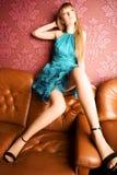 Jeune femme sexy sur un sofa de luxe Image libre de droits