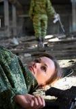 Jeune femme - soldat tué dans l'échange de tirs images libres de droits