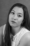 Jeune femme solennelle en noir et blanc Photo stock