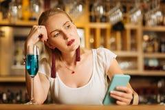Jeune femme sombre s'asseyant avec un verre de vin mousseux photos libres de droits