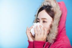 Jeune femme soufflant son nez Image stock
