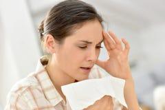 Jeune femme soufflant son nez Photo libre de droits