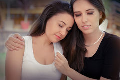 Jeune femme soulageant l'ami éploré Images libres de droits