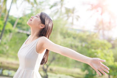 Jeune femme soulevant ses bras image stock