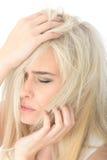 Jeune femme soumise à une contrainte fatiguée malheureuse semblant soucieuse Photo libre de droits