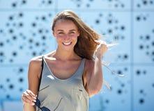 Jeune femme souriant à l'extérieur Image stock