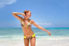 Jeune femme souriant à la plage photo stock