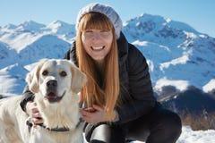 Jeune femme souriant avec l'ami d'animal familier de golden retriever Image libre de droits