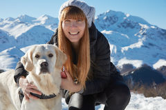 Jeune femme souriant avec l'animal familier de golden retriever Photo libre de droits