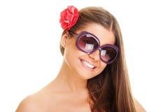 Jeune femme souriant dans des lunettes de soleil Photos stock