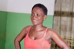 Jeune femme souriant dans un gymnase Image libre de droits