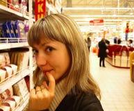Jeune femme souriant dans un supermarché Photo stock