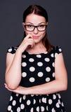 Jeune femme souriant en glaces Photo stock