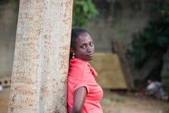 Jeune femme souriant en parc images libres de droits