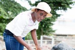 Jeune femme souriant et regardant l'appareil-photo Images libres de droits