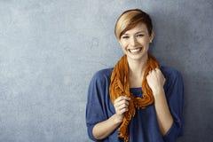 Jeune femme souriant heureusement Photo libre de droits