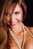 Jeune femme souriant sur l'appareil-photo Photographie stock