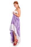 Jeune femme souriante dans la longue robe de boule de couleur lilas d'isolement dessus Photos libres de droits