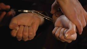 Jeune femme sous l'arrestation pour le boire d'alcool et les drogues employant à l'événement de partie banque de vidéos