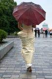 Jeune femme sous la pluie. Photo stock