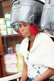 Jeune femme sous le casque de cheveux photo libre de droits