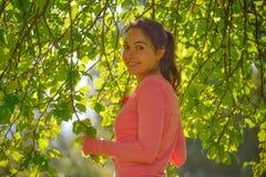 Jeune femme sous les branches des pommiers, Russie Photos stock
