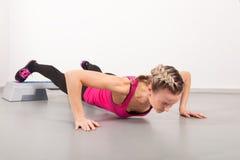 Jeune femme sportif faisant des exercices image stock
