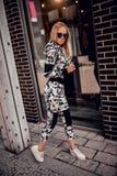 Jeune femme sportive élégante en posant dehors Photographie stock