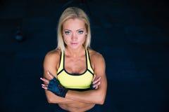 Jeune femme sportive avec des bras pliés Photos stock