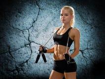 Jeune femme sportive avec la corde à sauter photo stock