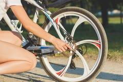 Jeune femme sportive avec un vélo, fond mou de foyer images libres de droits