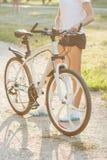 Jeune femme sportive avec un vélo, fond mou de foyer photo stock