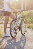 Jeune femme sportive avec un vélo, fond mou de foyer photo libre de droits