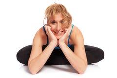 Jeune femme sportive dans la séance d'entraînement d'échauffement Photo stock