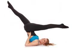 Jeune femme sportive dans la séance d'entraînement d'échauffement Photographie stock