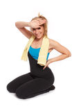 Jeune femme sportive dans la séance d'entraînement d'échauffement Photos stock