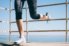Jeune femme sportive faisant des exercices pour des jambes pendant le matin dessus Photos libres de droits