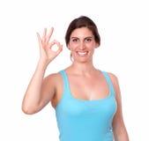Jeune femme sportive faisant des gestes le signe correct photographie stock libre de droits
