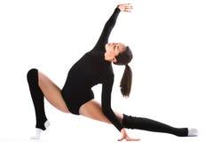 Jeune femme sportive faisant l'exercice acrobatique Image stock
