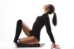 Jeune femme sportive faisant l'exercice acrobatique Images libres de droits
