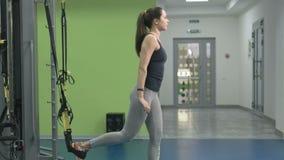 Jeune femme sportive faisant l'exercice au gymnase banque de vidéos