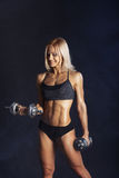 Jeune femme sportive faisant une séance d'entraînement de forme physique Image libre de droits