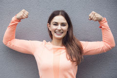 Jeune femme sportive montrant son muscle Images libres de droits