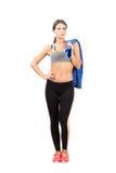 Jeune femme sportive sûre tenant la serviette au-dessus de l'épaule Photos libres de droits