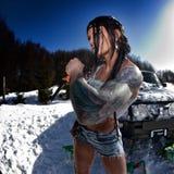 Jeune femme sportive tirant la voiture en hiver Photo libre de droits