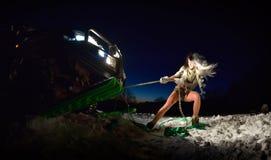 Jeune femme sportive tirant la voiture en hiver Photos libres de droits