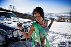 Jeune femme sportive tirant la voiture en hiver Images libres de droits