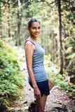 Jeune femme sportive trimardant dans les montagnes Image stock